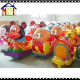As crianças do divertimento montam o urso feliz (YP2020)
