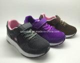 Los niños del deporte de la manera modificaron los zapatos de los niños para requisitos particulares