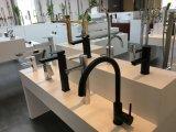 O preto alto e croma a torneira de água luxuosa do banheiro de dois tons para o hotel