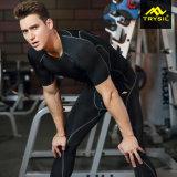 Os esportes secos dos homens rapidamente desgastam a roupa da aptidão