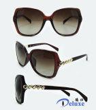 Gafas de sol plásticas de la manera del nuevo diseñador de la marca de fábrica para las mujeres con su insignia (DP1126YZ)