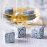 カクテルの季節の間理想的なウィスキーの石