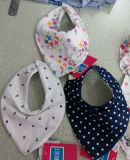 Baberos del bebé y mameluco y sombreros