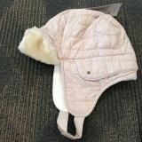 La piel artificial de Custmized cortó y cose el sombrero del invierno con el oído