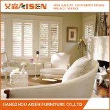 ホーム家具の白いWindowsのプランテーションは木製シャッターを閉める