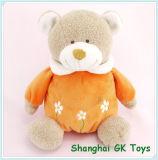 아기는 귀여운 곰 장난감을