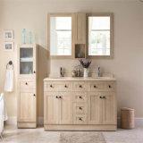 Assoalho da madeira contínua de projeto moderno que está a vaidade dobro do banho