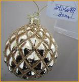 混合されたローディングの手によって吹かれるクリスマスのガラス玉の装飾