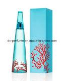 Parfums de femme avec la belle bouteille semblante intéressante et la bonne odeur