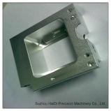 Часть CNC подвергая механической обработке алюминиевой плиты