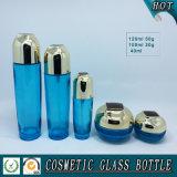 Bouteilles et chocs cosmétiques en verre bleus transparents de luxe