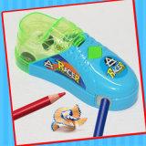 El apresurar conduciendo el mini juguete del zapato del coche con el caramelo de los sacapuntas