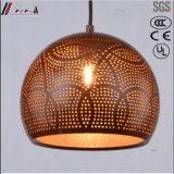 食堂との青銅色の円形の金属の空の吊り下げ式の照明
