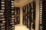 壁セラーの金属壁に取り付けられたワイヤーワインの表示記憶ラック