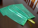 パッキングのためのドローストリングが付いている黒く大きいごみ袋