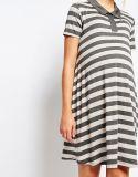 Breve vestito dalla banda della donna incinta del manicotto