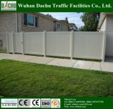 Cerca privada y de la ingeniería del PVC