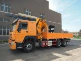 Sinotruk HOWO 6トンのトラックによって取付けられるクレーン25トンの