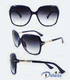 Gafas de sol plásticas de la manera del nuevo diseñador de la marca de fábrica para las mujeres con su insignia (DP1122YZ)