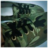 Ботинок боевой подготовки войск просто с зеленым цветом