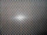 Черный порошок покрыл расширенную алюминием сетку металла