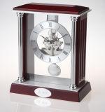 振子が付いている旧式な固体木の置時計