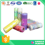 Bolso colorido biodegradable plástico de la basura en el rodillo