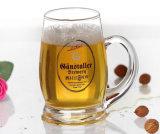 Taza hecha a mano del vidrio de cerveza del soplo del hombre con la maneta
