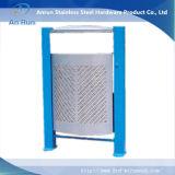 Fábrica produciendo el tubo perforado del metal con la cubierta