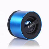 Populärer MiniBluetooth Lautsprecher mit den Händen geben aufgebaut im Verstärker frei