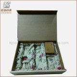 卸しで包む宝石類のためのリボンが付いている正方形のギフトの板紙箱の白い荷箱