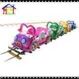 Abertura de una ranura en del tren eléctrico colorido para el parque de atracciones