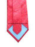 白黒点が付いている赤い小切手の絹製ネクタイ