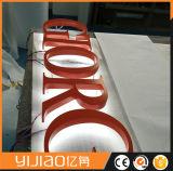 옥외 광고 뒤 가벼운 금속 편지 표시
