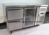 Sous le contre- réfrigérateur commercial avec le tiroir