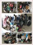 Используемые ботинки людей ботинок вскользь справедливо используемые плоские кожаный