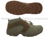 Sport esterni delle calzature degli uomini che fanno un'escursione i pattini
