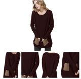 Un maglione del cachemire lavorato a maglia colore per le donne