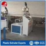 Água plástica do PVC e equipamento expulsando da tubulação da drenagem