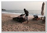 Camminata dietro la macchina di pulizia della spiaggia