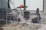 Tabouret de bar à l'extérieur avec table ronde
