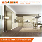 白い家具によってカスタマイズされる純木の食器棚