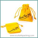 Saco amarelo de veludo com logotipo da impressão da tela de seda