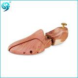 美しいヒマラヤスギ木は簡単な木の靴の木を作る