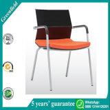 現代オフィスの会議室の椅子