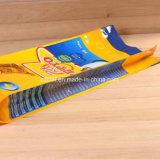 유연한 애완 동물은 지퍼를 가진 플레스틱 포장 음식 부대를 위로 서 있다