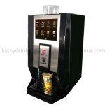 에스프레소 커피 기계 phan_may의 컵에 접촉 스크린 운영한 콩