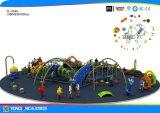 Счастливое и смешное скольжение парка атракционов спортивной площадки