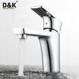現代デザイン高品質の真鍮のクロムによってめっきされる洗面器のコック