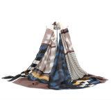 方法は女性のための印刷されたスカーフを設計した